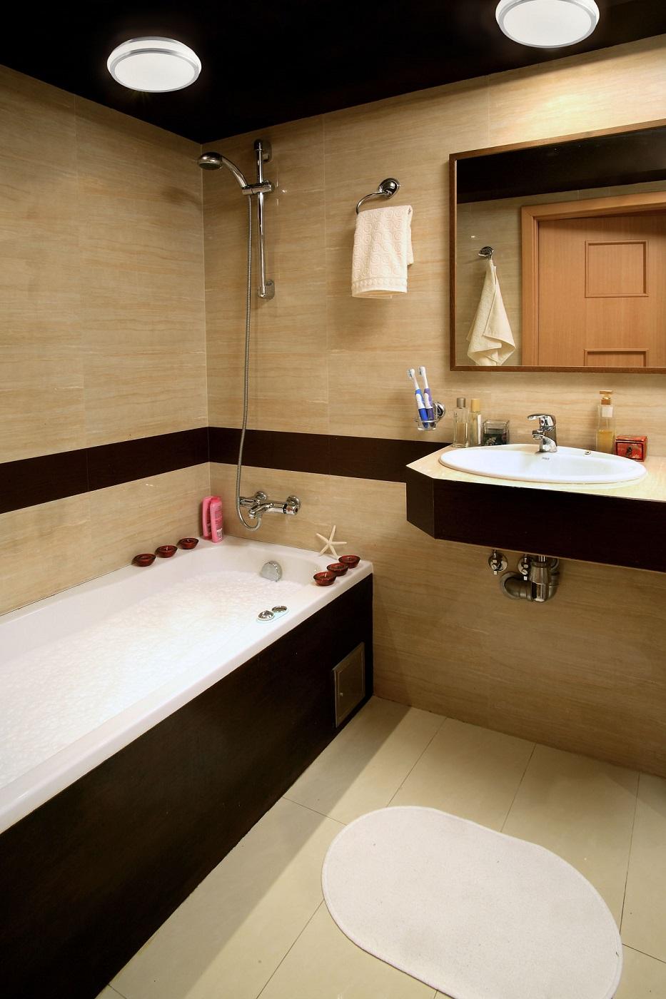 Светлая плитка в ванной дизайн